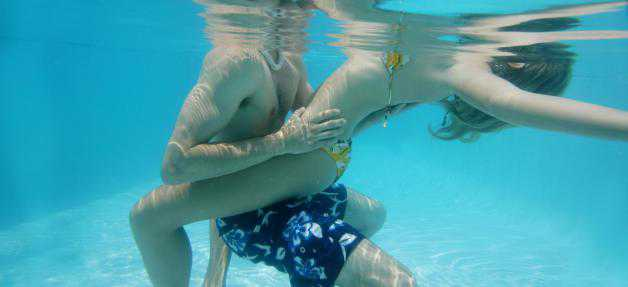 Sexe à la piscine entre maître nageurs