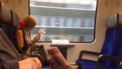 fille se fait doigter dans le train